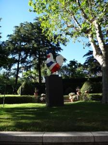 Gallo con los colores de la bandera de Francia. Jardín de la Residencia de Francia. Foto: Durán Arte y Subastas.