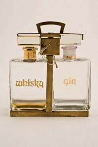 Lote N. 651: tántalo con dos licoreras de cristal para whisky y gin.