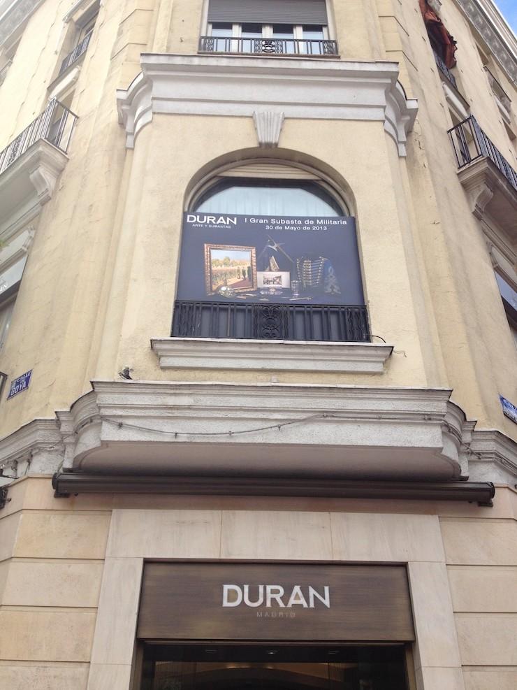 Fachada de la Sala con cartel de la Subasta Militaria. Mayo 2013. Foto: Duán Arte y Subastas.