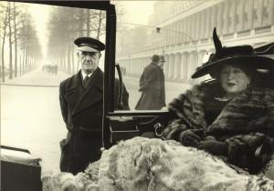 © Inge Morath. Magnum Photos. Eveleigh Nash en Buckingham Palace Mall, Londres,1953.