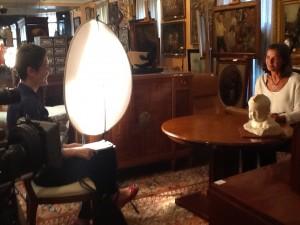 """Cristina Lucas y Consuelo Durán en la sala de Durán Arte y Subastas durante el rodaje de """"¿Qué es el Arte?"""". 2013. Foto: Durán Arte y Subastas."""