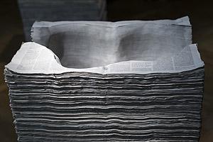 """Obra de la serie """"Arqueología del saber"""". 1999. Periódicos © Mateo Maté, VEGAP, Madrid, 2013."""