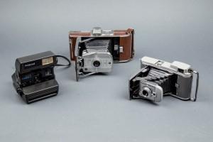 Subasta 505 – Febrero 2014. Lote 240: lote de tres cámaras Polaroid. Foto: Durán Arte y Subastas.