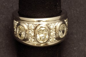 Subasta 505 – Febrero 2014. Lote 436: sortija oro blanco de 18 K. tres diamantes talla oval. Foto: Durán Arte y Subastas.