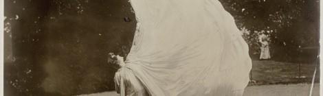 Atribuida a Harry C. Ellis. Loïe Fuller dansant dans un parc, entre 1900 y 1928. Paris, musée d'Orsay. © RMN-Grand Palais (musée d'Orsay) / Hervé. Lewandowski. Cortesía: La Casa Encendida.