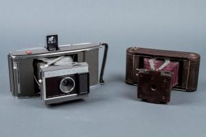 Subasta Marzo 2014 - N. 506. Lote n. 426: dos cámaras fotográficas: Polaroid J-66 y Kodak No1 Folding Pocket. Foto: Durán Arte y Subastas.