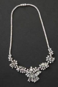 Subasta Marzo 2014 - N. 506. Lote n. 606: collar de platino con meleé de brillantes, diamantes talla pera y trapecio. Foto: Durán Arte y Subastas.