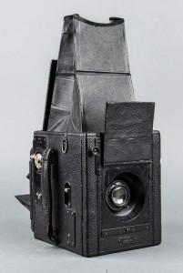 Subasta 508 – Mayo 2014. Lote n. 258: cámara madera Ensign Réflex Modelo A, fabricada en Inglaterra por Hoghtons Ltd (1910). Foto: Durán Arte y Subastas.