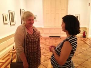 La nieta de Joan Vilatobà (izq.) hablando con Asunción Cardona Suanzes, directora del Museo del Romanticismo (der.). Museo del Romanticismo, Madrid, junio de 2014. Foto: Durán Arte y subastas.