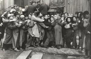 Henri Cartier-Bresson, Multitud esperando delante de un banco para sacar el oro durante los últimos días de Kuomintang, Shanghái, China, diciembre 1948. Gelatina de plata, copia realizada en los años 60. Colección Fundación Henri Cartier-Bresson, París. © Henri Cartier-Bresson/Magnum Photos, cortesía Fundación Henri Cartier-Bresson.