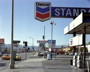 Stephen Shore, Beverly Boulevard y La Brea Avenue, Los Ángeles, California, 21 de junio de 1975. De la serie Uncommon Places. Cortesía Fundación Mapfre.