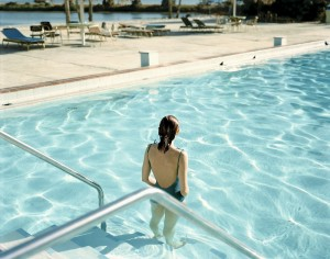 Stephen Shore, Ginger Shore, Causeway Inn, Tampa, Florida, 17 de noviembre de 1977. De la serie Uncommon Places. Cortesía Fundación Mapfre.
