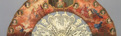 La Comedia Francesa. Abanico, Francia, 1735-1775. País doble de piel (anverso) y papel (reverso) pintado con gouache, oro y plata corlada. Varillaje de marfil tallado y grabado, con trabajo grillé y pointillé, madreperla, vidrio y brillantes bordeando los cuatro retratos de miniatura. Núm. Inv. 4329. ©Museo Lázaro Galdiano. Madrid.