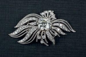 Lote 303 Subasta 514, Joyas, Broche oro blanco 18 K. con diamante central, Noviembre 2014. Durán Arte y Subastas.