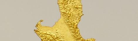 Luciano Fabro. L'Italia d'Oro, 1971. Bronce dorado, cable de acero y argolla, 74 x 45 cm. © Silvia Fabro (Archivio Luciano e Carla Fabro). Cortesía: MNCARS, Madrid, 2015.