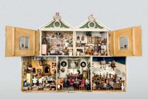 Subasta 518, Marzo 2015. Lote n. 606: Importante casa de muñecas antigua. Foto: Durán Arte y Subastas.
