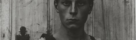 Paul Strand. Young Boy, Gondeville, Charente, France, 1951 (negativo), mediados-finales de la década de 1960 (copia). Copia a la gelatina de plata. Philadelphia Museum of Art, Filadelfia. The Paul Strand Collection, adquirida con fondos aportados por Thomas P. Callan y Martin McNamara, 2012- 176-73. © Aperture Foundation Inc., Paul Strand Archive. Cortesía: Fundación Mapfre, Madrid, 2015.