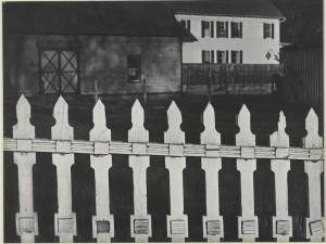 Paul Strand. White Fence, Port Kent, New York, 1916-1945. Fundación Mapfre, Madrid, 2015.