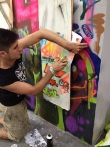 El artista urbano Sfhir interviniendo el Muro de Sfhir patrocinado por Durán Arte y Subastas en el festival de Arte Urbano MULAFEST. Madrid, 2015.