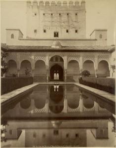 Patio de Arrayanes con la torre de Comares, 1887-90. Mirar la arquitectura: fotografía monumental en el siglo XIX. BNE. Madrid, 2015.
