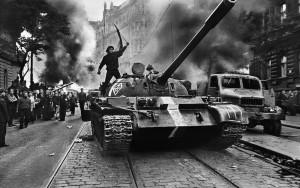 Josef Koudelka, (Ciudadano checo sobre un tanque), Josef Koudelka, 1968. Fundación Mapfre, Madrid, 2015.