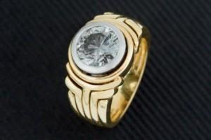 Lote 372, Subasta 534. Sortija oro amarillo de 18 K. con diamante central. Julio 2016. Durán Arte y Subastas.