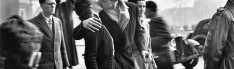 Robert Doisneau, El beso frente al Hôtel de ville, 1950 © Atelier Robert Doisneau, 2016. Cortesía: Fundación Canal, Madrid, 2016.