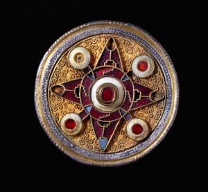 Los pilares de Europa. Broche de Wingham, 575-625. Inglaterra. CaixaForum Madrid, 2016.