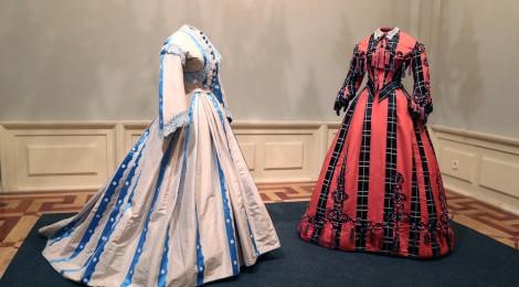 """Trajes, 1865-1868. Exposición """"La moda romántica"""", Museo del Romanticismo. Fotografía: Javier Rodríguez. Cortesía: Museo del Romanticismo, Madrid, 2017."""