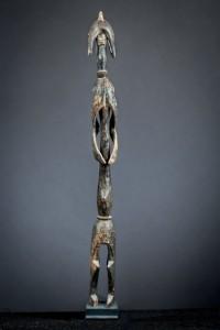 Lote 472 Subasta 540, estatua Mumuye, Nigeria, madera patinada, principios siglo XX. Febrero 2017. Durán Arte y Subastas.